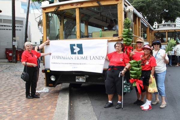 Homesteaders and DHHL staff helped to decorate the DHHL trolley for the parade. Photo: Phillip Spalding